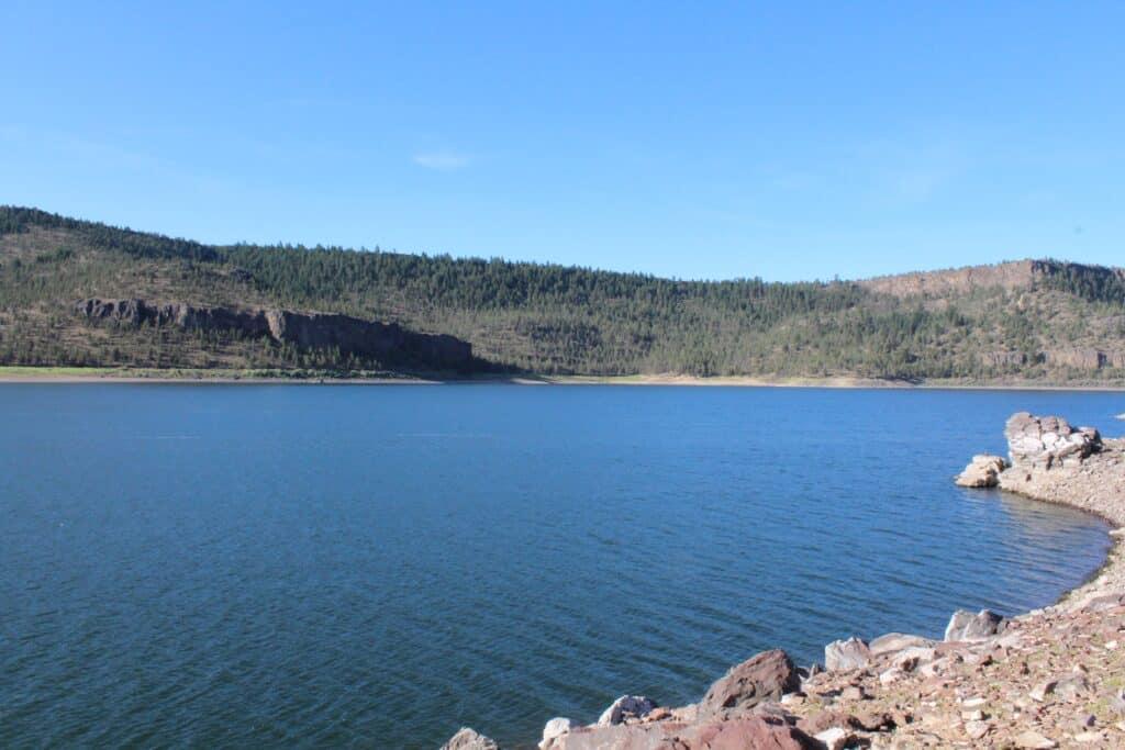 A scenic view of the shoreline of ochoco reservoir in central oregon.