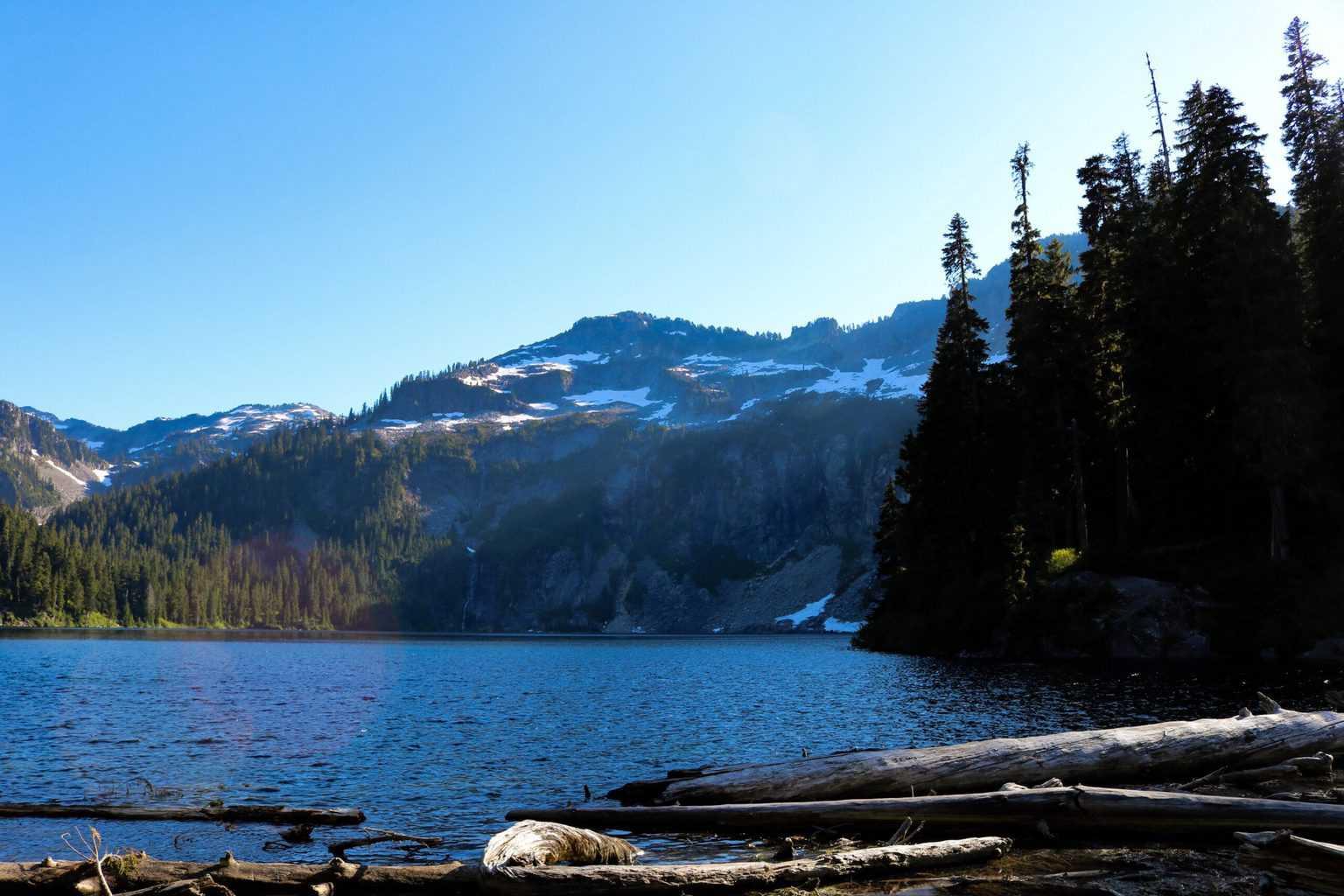 Photo of a high-mountain lake in the Cascade Range in Washington.