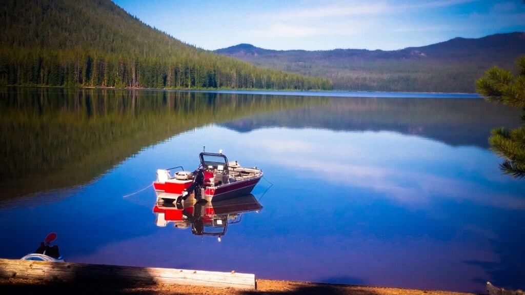 boat floating peacefully at Cultus Lake in Central Oregon